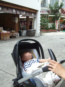 ベビーカーで野沢温泉を散歩する息子