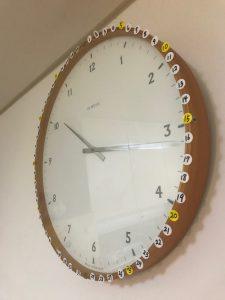 自宅キッチンの巨大掛け時計