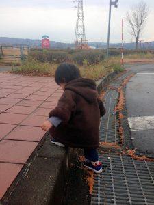 高速道路のサービスエリアを歩く息子