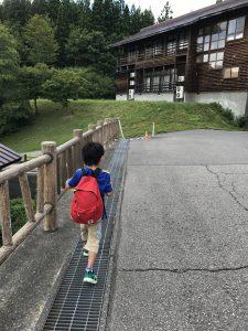 温泉施設の敷地内を歩く男の子