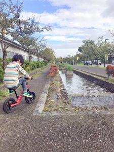 公園でストライダーに乗る息子