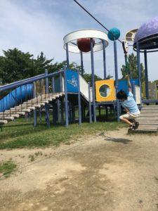 公園のターザンロープで遊ぶ男の子