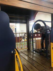新潟県小千谷市の子育て支援センター「わんパーク」で遊ぶ男の子