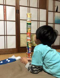 ポテトのスナック菓子を積み上げる息子