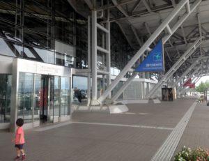 新潟空港の入り口付近を歩く息子