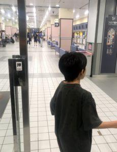 新潟競馬場のドアで遊ぶ息子