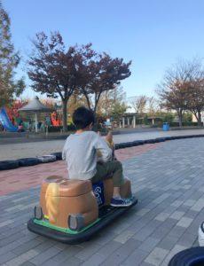 新潟競馬場で馬のゴーカートに乗る息子