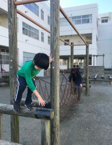 学校の手作り遊具で遊ぶ息子