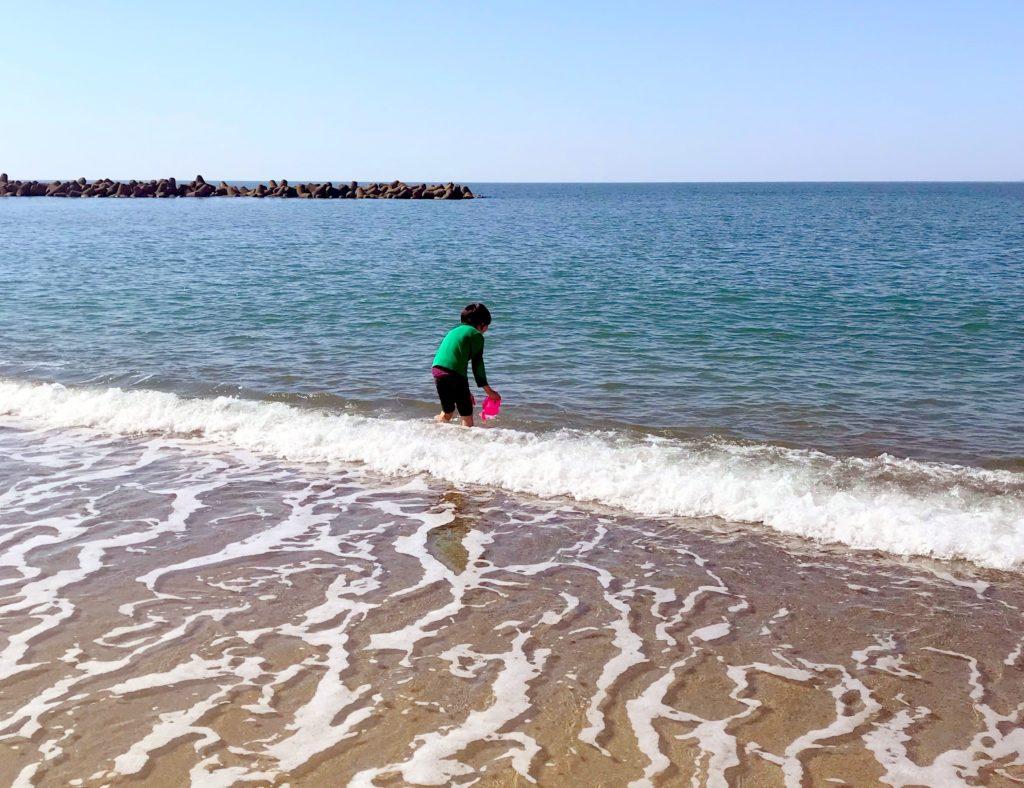 海に入って遊ぶ息子