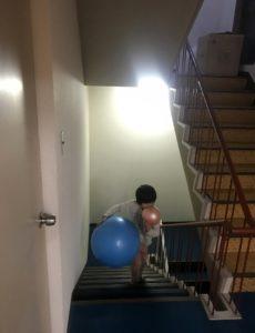 義父の家の階段で遊ぶ息子
