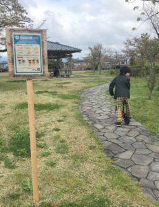 新発田城址公園でストライダーをする息子