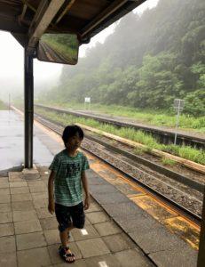 JR越後金丸駅で遊ぶ息子