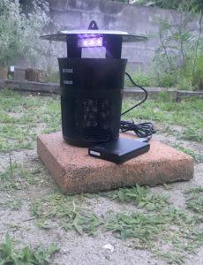 モバイルバッテリーを使って庭で稼働させた蚊取り器