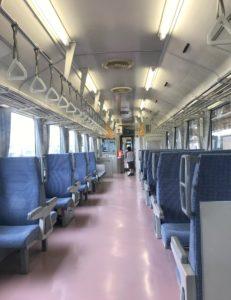 JR羽越本線を走る列車内を歩く息子
