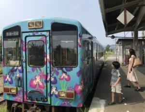 赤湯駅で山形鉄道・フラワー長井線の列車に乗り込む息子