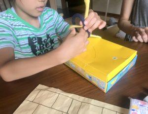 ABA療育でヒモを縛る練習をする息子
