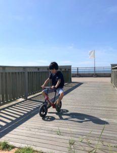 地元の海水浴場でストライダーに乗る息子