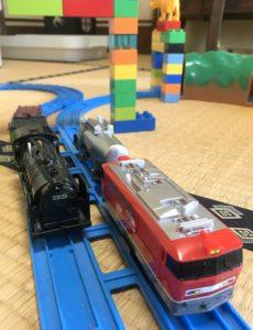 「速い・遅い」の概念を教えるために活用しているプラレールの列車