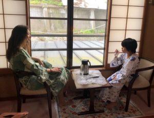赤湯温泉の旅館でくつろぐ妻と息子