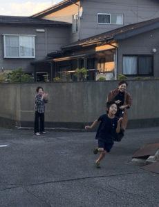 運動会の前日、自宅前で走る練習をする息子