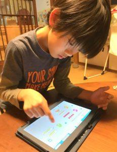一人で端末を使って算数を学ぶ息子