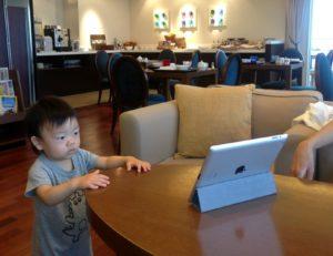 iPad2で動画を観る息子