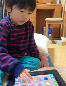 iPad2の絵合わせアプリで遊ぶ息子