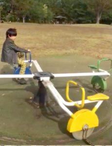 自転車の練習に役立つ遊具で遊ぶ息子