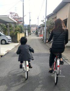 初めて自転車のペダルをこぐ息子