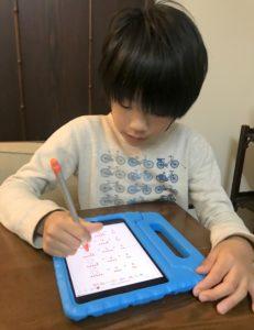 iPad miniを使って計算ドリルをする息子