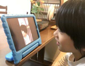 iPad miniで、自分が登場する動画を観る息子