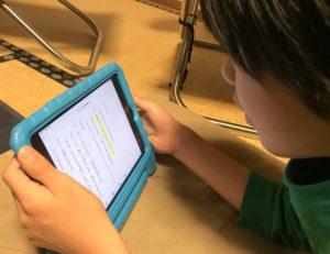 iPad miniでデイジー教科書の読み上げを聞く息子