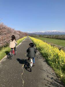 加治川サイクリングリードを走る妻と息子