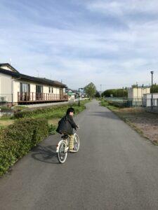 赤谷サイクリングロードを自転車で走る息子