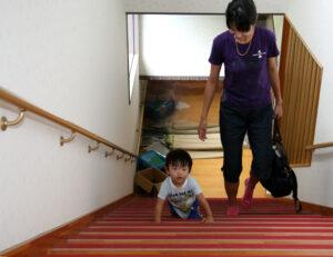 自然派子育てひろば「木のこん」の階段を上る息子
