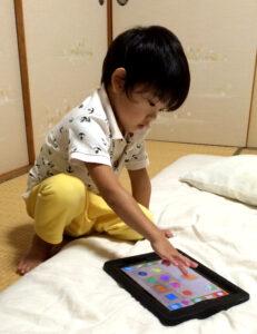 iPadで絵合わせパズルをする息子(3歳9カ月)