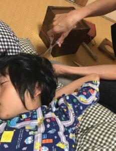 寝ている間に髪を切られる息子