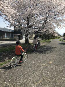 赤谷サイクリングロードを走る息子と妻