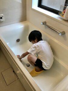 率先してお風呂掃除をする息子